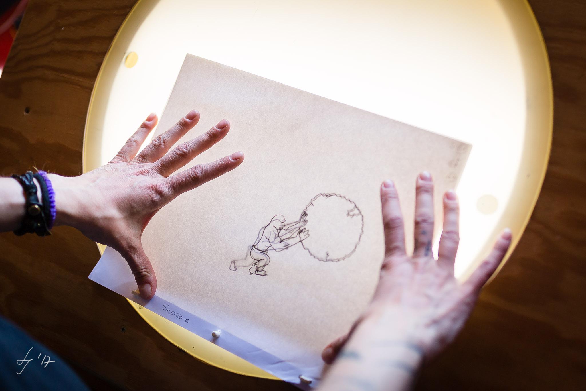 Zeichnen am Leuchttisch. Künstlerportrait in Hennef. LS Photographie Düren.